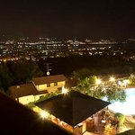 Swimmingpool et bar by night