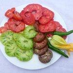 Une assiette des variétés de tomates de notre jardin