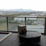 露天風呂1 気象条件が整えば、丸い湯船の上位に富士山が見えます。