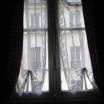 Hôtel De Lille Louvre. Окно номера