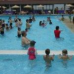piscine bourrée d'asiatique