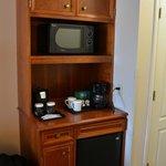 Magnetron, koffiezetapparaat, minibar.