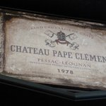 Es una placa que se encuentra dentro de la tienda del Chateau