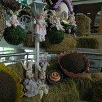 Decoracion de conejos de Pascuas en la planta baja del hotel.