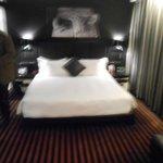 chambre au lit confortable