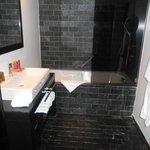 salle de bains propre et très moderne