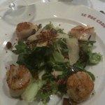 La salade de noix de St-Jacques contisées à la truffe
