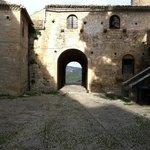 piazza d'arme con portale