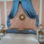 Bett mit Wanddekoration