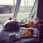 Petit déjeuner tardif servi en chambre (suite avec terrasse)