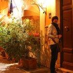 Дверь в дом которую и вы будете открывать приехав в Рим в The Bluehostel