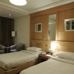 Moderna y amplia habitación