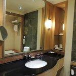 Moderno y limpio baño