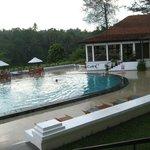 la piscina con lo sfondo del fiume