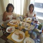 Desayunando en nuestra habitación nuestra comida