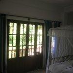 helles Zimmer mit Balkon