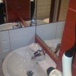 lavabo con detalles de cortesia, jabon ,champoo,....
