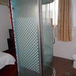 中央にシャワーブースがある客室