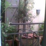vue de la fenetre de la chambre sergio, micro terasse du voisin