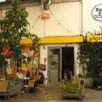 Eingang mit kleinem Gartenrestaurant