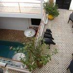 Vue sur le RDC (avec la piscine) et le 1er étage depuis la terrasse (2ème étage)
