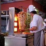 Очень вкусно готовят мясо повара - кухня прямо в ресторане под открытым небом