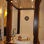 jacuzzi in Romeo and Juliet room