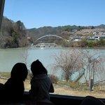 レストランから高遠湖越しに白山橋と城址公園を望む