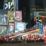 Times Square davanti a ingresso hotel