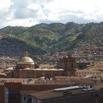 Dome de la Compañia de Jesús y torres de la catedral desde la terraza de Mamma Cusco Hostel