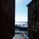 Vista desde el balconcillo al callejón y al puerto