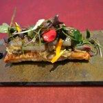 Tosta de sardina ahumada, berenjena y foie