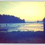 Blick auf den Strand, vom Hotelgarten