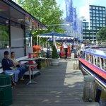 Esperando la embarcacion por los canales de Amsterdam - Ysaura