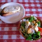 Garlic bread w/mozzarella & green salad