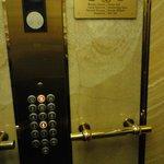 Лифт современный, красивый.