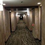 廊下。壁紙は新しいけど、古びた雰囲気。