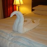 detalle sobre la cama, con toblerones :)