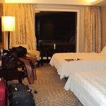 Habitación doble del hotel con gran ventanal.