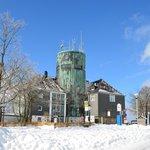 Sneeuw met blauwe lucht, wat een mooie omgeving