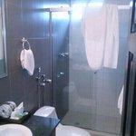 el baño es limpio las toallas limpias