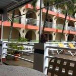 habitaciones y terraza de piscina