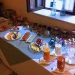 Frühstücksbuffet mit frisch gepresstem Orangensaft