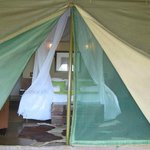 la chambre bien équipée de moustiquaires