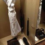 Komplett ausgestatteter Schrank mit feinem Bademantel