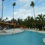 Poolbereich mit Luxusliegen