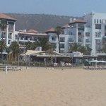 axe émanant d'entre deux  2 îlots sur plage et restaurant espagnol