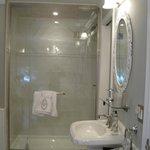 En-suite shower S. Bedroom