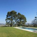 Le jardin et la piscine, avec une vue magnifique sur la vallée