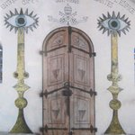 Portone d'ingresso decorat a trompe l'oeil, fiancheggiato dai camdelabri dell'apocalisse